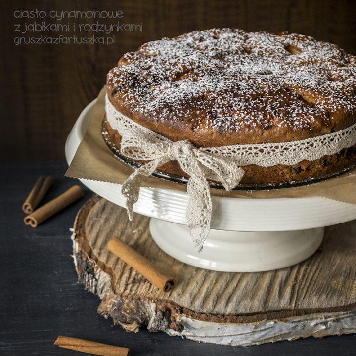 ciasto cynamonowe z jabłkami i rodzynkami