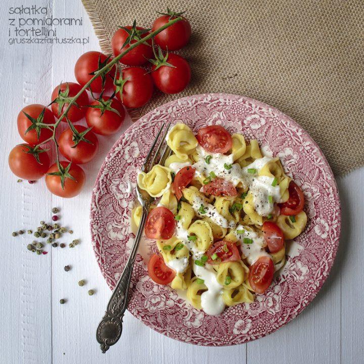 sałatka z pomidorami i tortellini