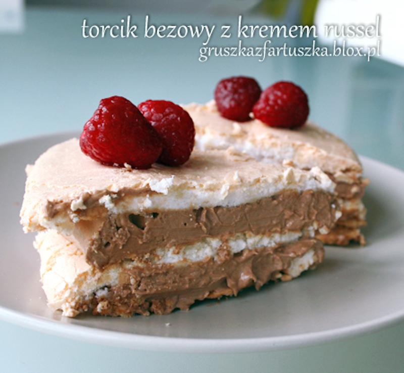 bezowy tort z kremem russel