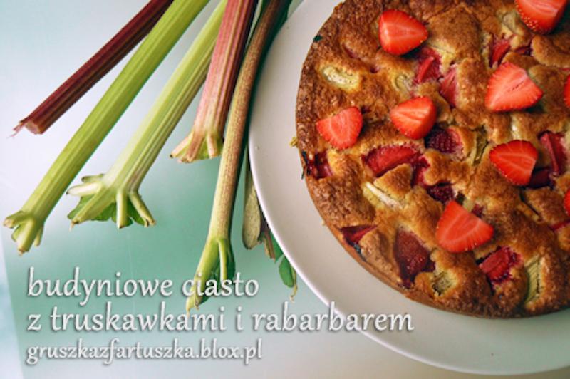 budyniowe ciasto z truskawkami i rabarbarem