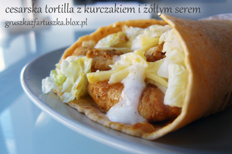 cesarska tortilla z kurczakiem i żółtym serem