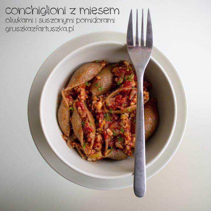 conchiglioni z mięsem, oliwkami i suszonymi pomidorami