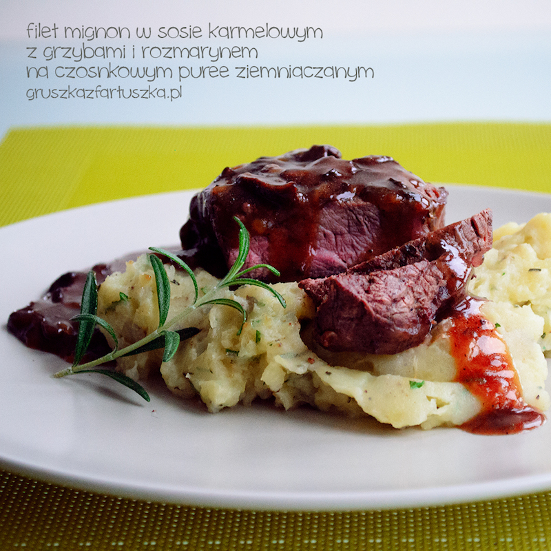 filet mignon w sosie karmelowym z grzybami i rozmarynem, na czosnkowym puree ziemniaczanym