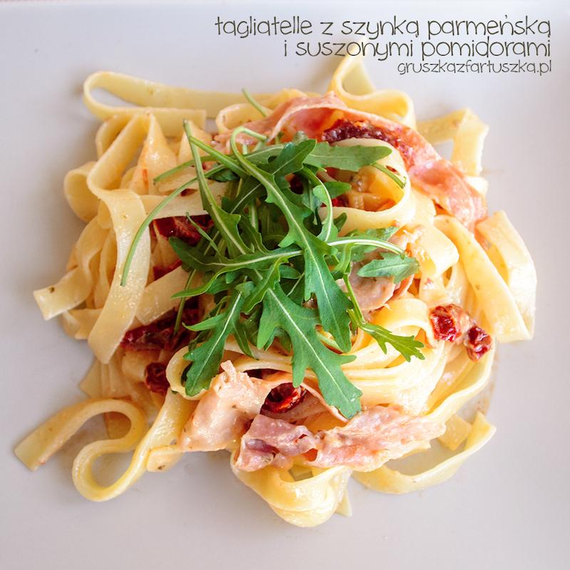 tagliatelle z szynką parmeńską i suszonymi pomidorami