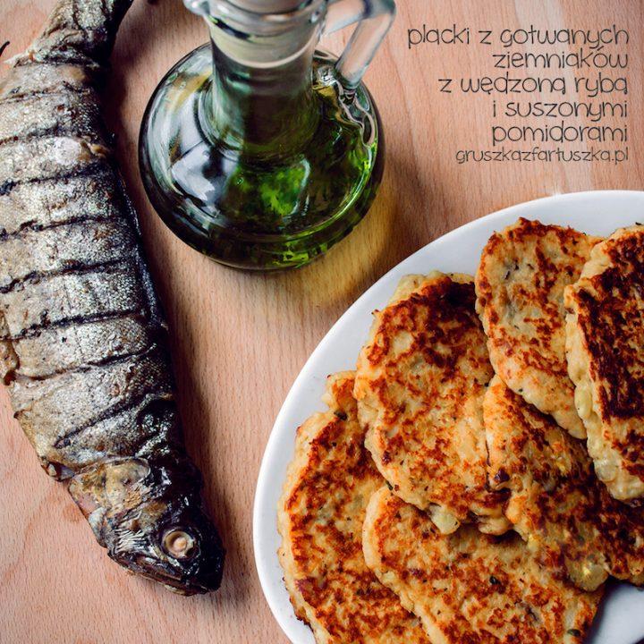 placki z gotowanych ziemniaków z wędzoną rybą i suszonymi pomidorami