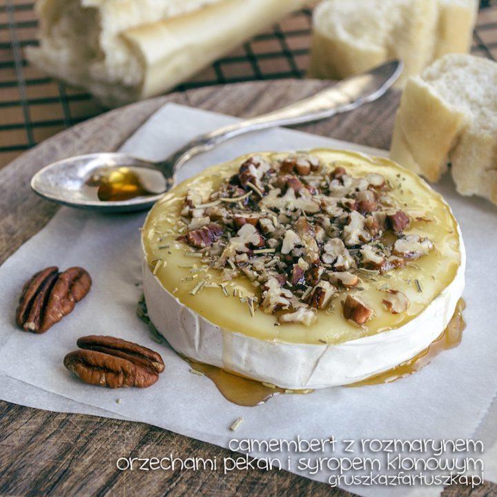 camembert z rozmarynem, orzechami pekan i syropem klonowym