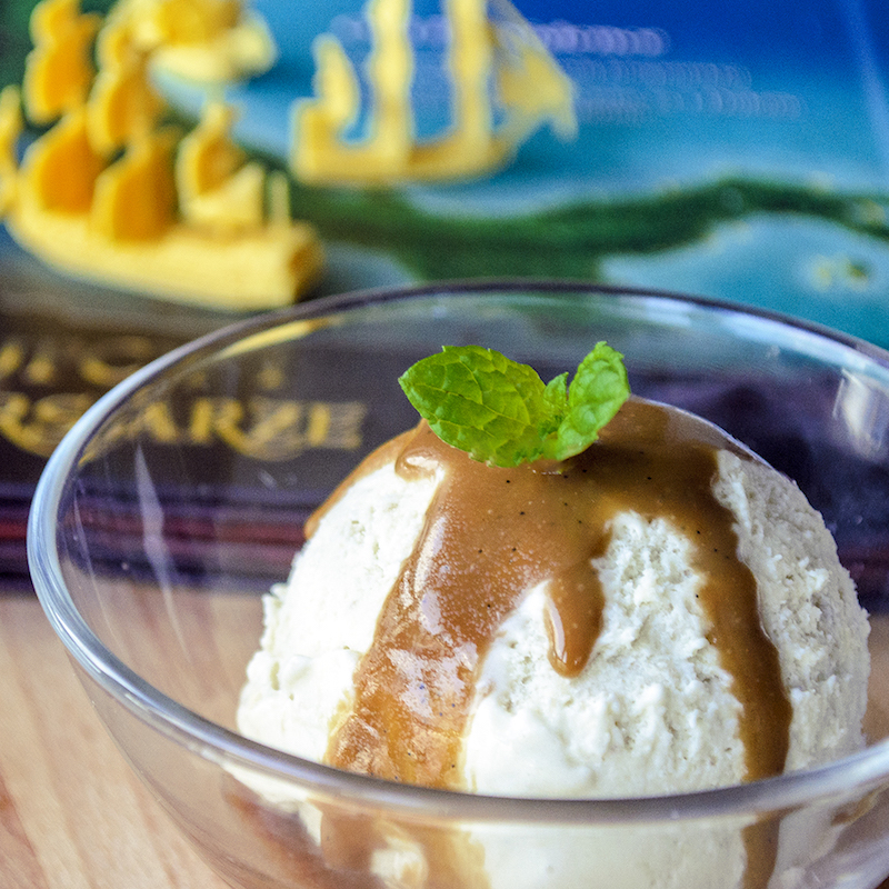 lody z pieczonych bananów z sosem karmelowo-rumowym