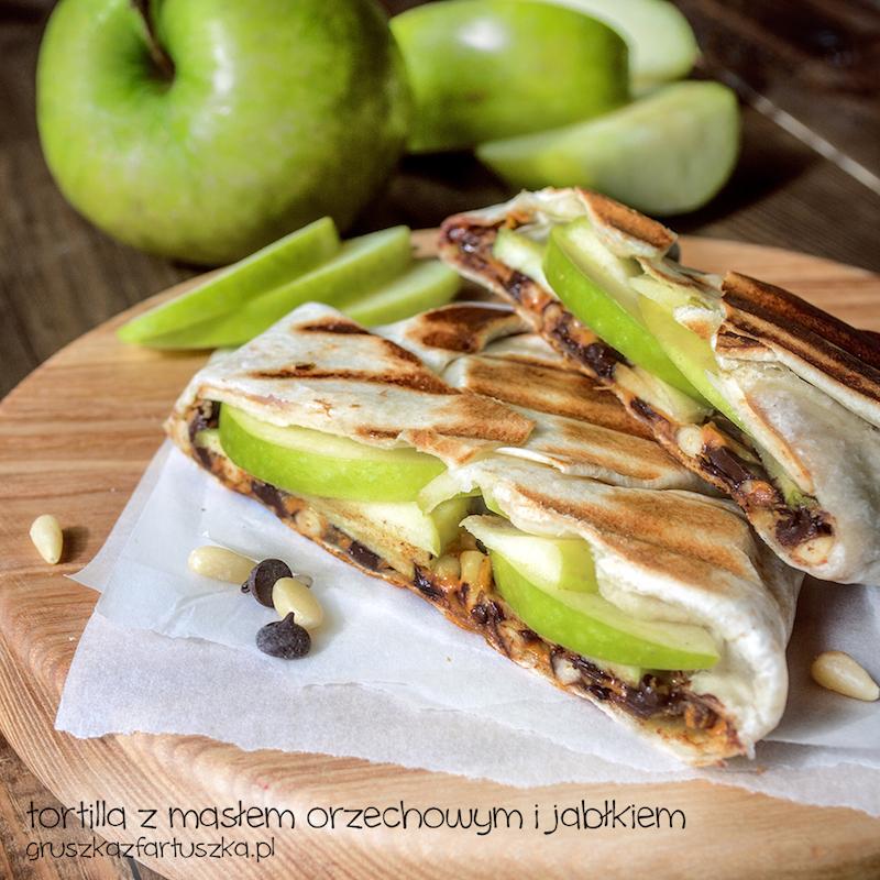 tortilla z jabłkiem i masłem orzechowym