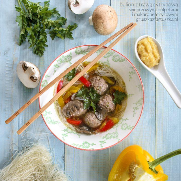 bulion z trawą cytrynową, klopsikami wieprzowymi i makaronem ryżowym