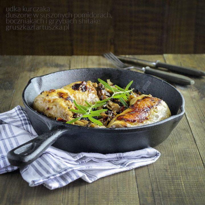 udka kurczaka duszone w suszonych pomidorach, boczniakach i grzybach shitake