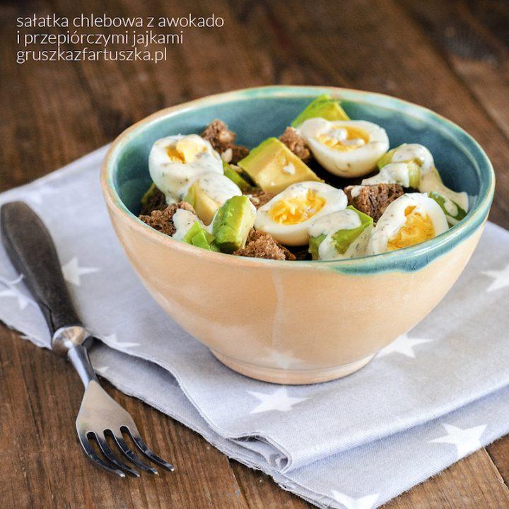 chlebowa sałatka z awokado i jajkami przepiórczymi