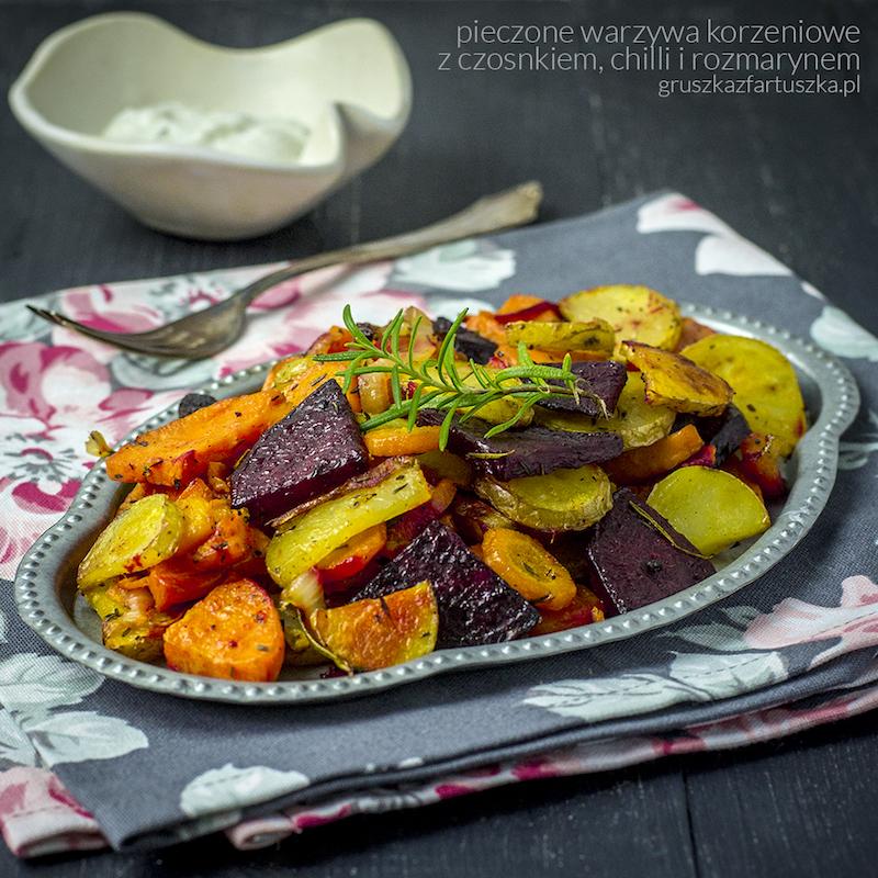 pieczone warzywa korzeniowe z czosnkiem, chilli i rozmarynem