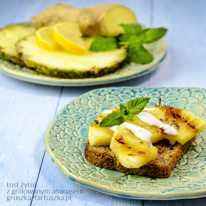 tost żytni z grillowanym ananasem