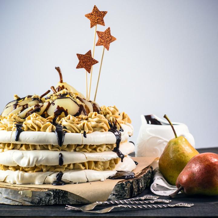 bezowy tort z kremem kajmakowym i korzennymi gruszkami w białym winie