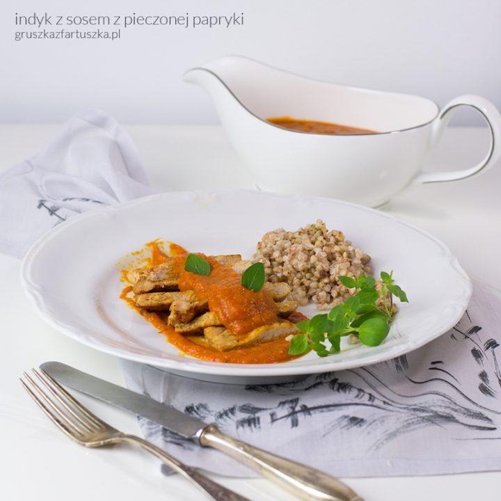 indyk z sosem z pieczonej papryki