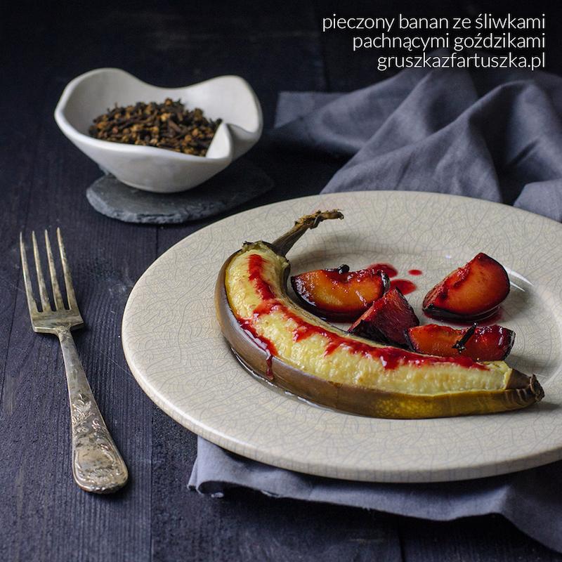 pieczony banan ze śliwkami pachnącymi goździkami