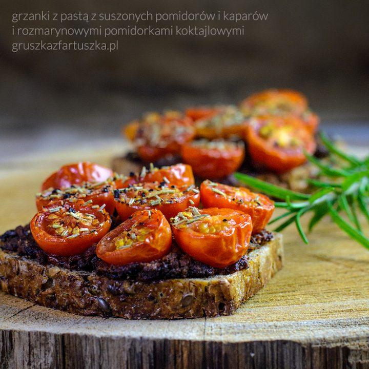 grzanki z pastą z suszonych pomidorów i kaparów oraz rozmarynowymi pomidorkami koktajlowymi