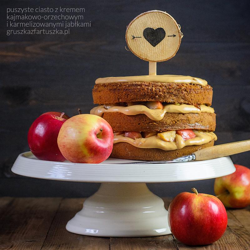 puszyste ciasto z kremem kajmakowo-orzechowym i karmelizowanymi jabłkami