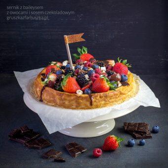 sernik z baileysem, owocami i sosem czekoladowym