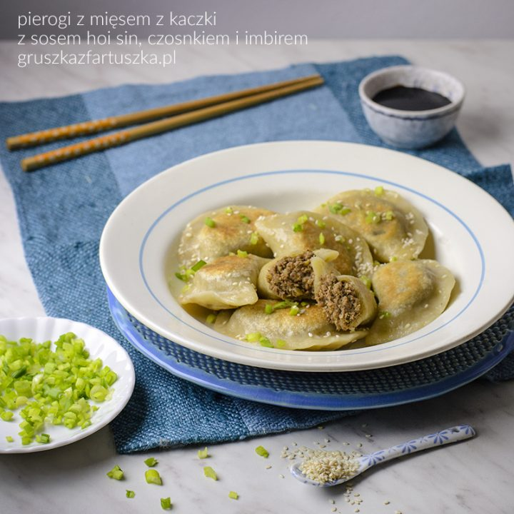 pierogi z mięsem z kaczki przygotowanej w sosie hoisin, czosnku i imbirze