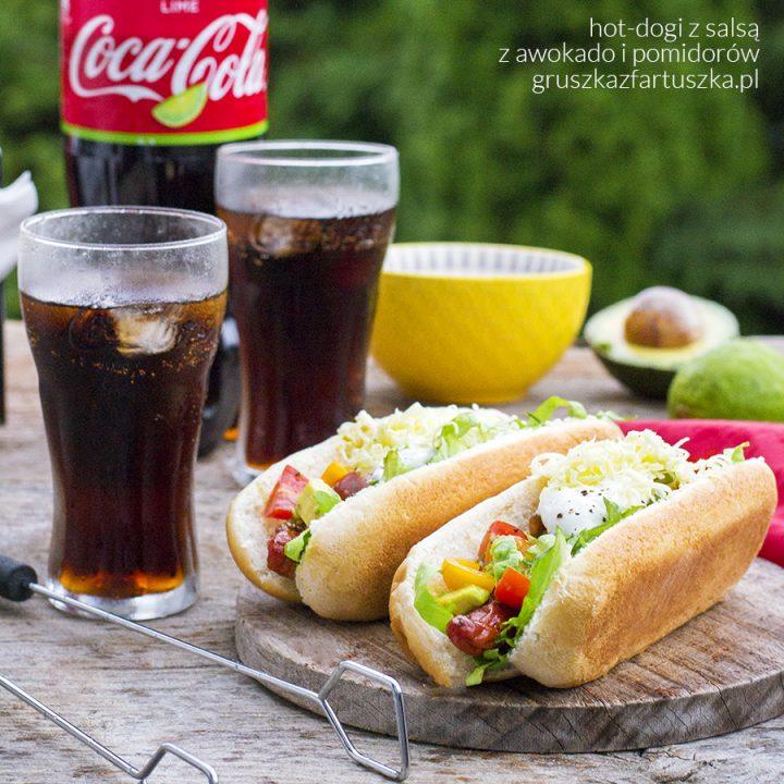 hot-dogi z salsą z awokado i pomidorów
